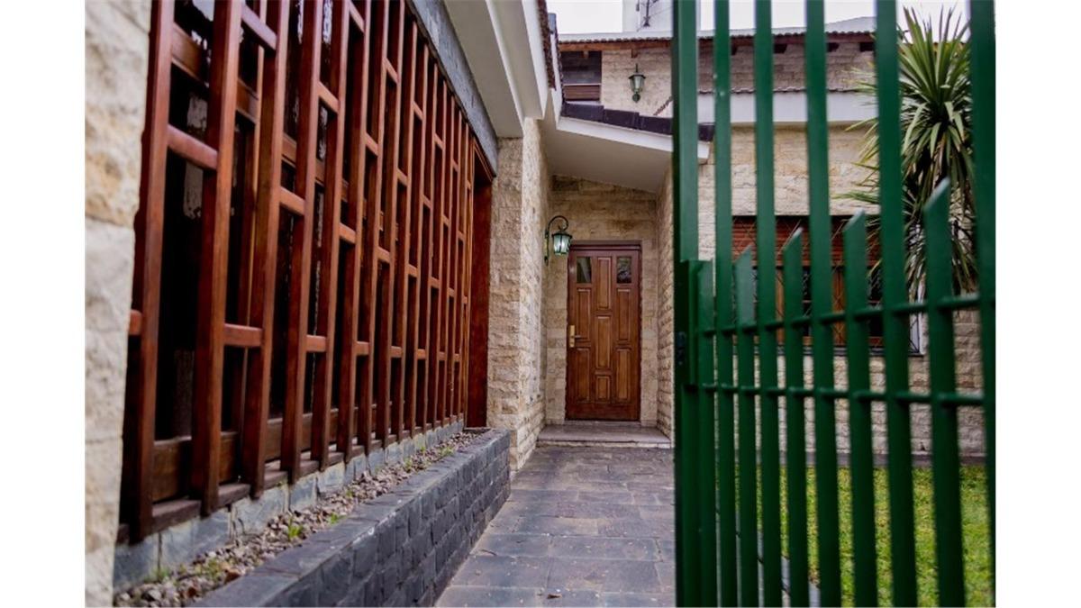 venta casa de 3 dormitorios con patio barrio cura