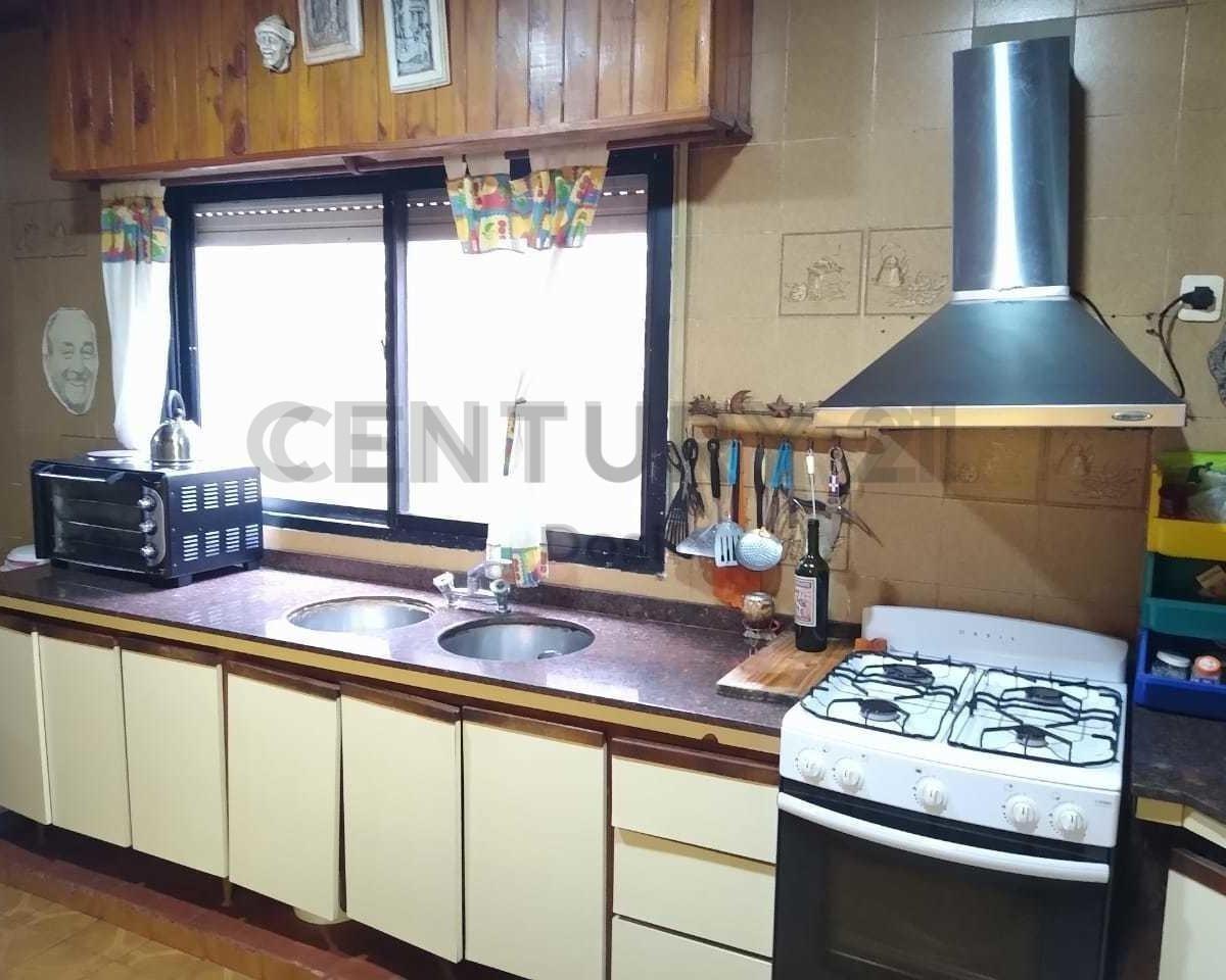 venta casa de 4 ambientes con cochera, local propio y dependencia - oportunidad!