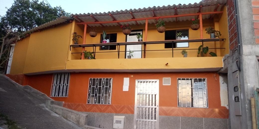 venta casa de dos pisos + aire, cerca al parque principal