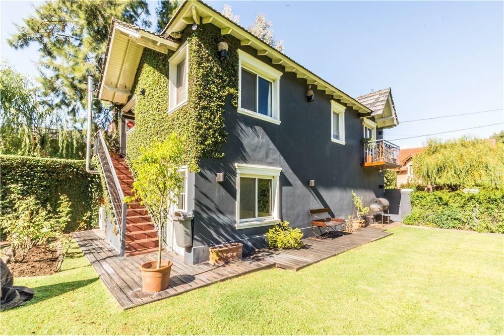 venta casa dos plantas con amplio terreno arbolado