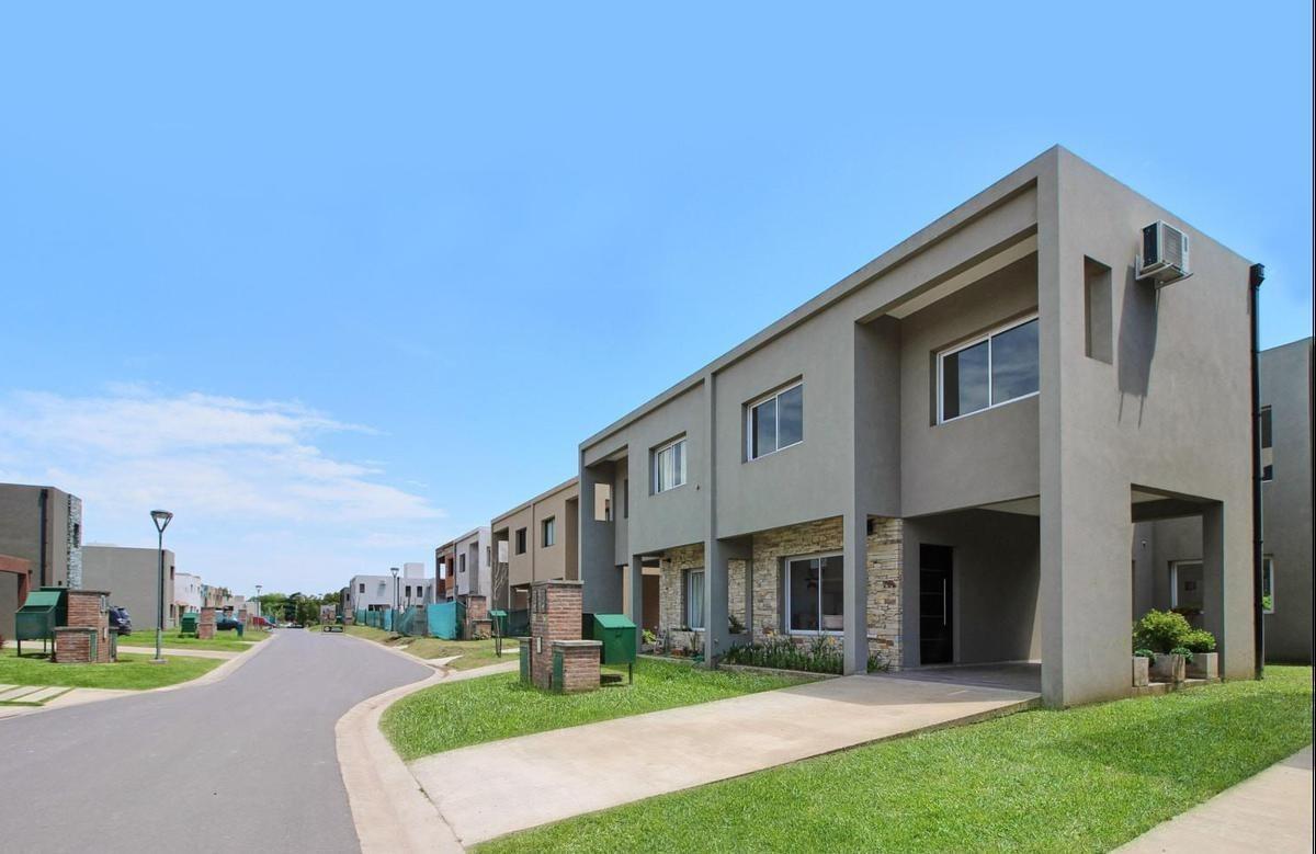 venta casa duplex de 4 ambientes en barrio cerrado zona oeste