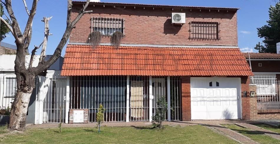 venta casa en 6 ambientes con garage y jardin, llavallol