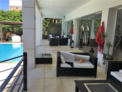 venta casa en berazategui, jardín, piscina, sauna y cochera