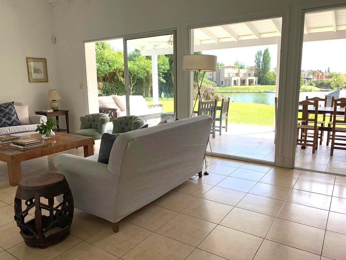 venta casa santa barbara piscina amplios ambientes