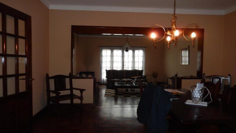 venta casa tipo chalet de 4 ambientes con cochera, patio y parrilla