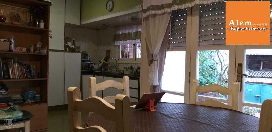 venta chalet 2 dormitorios- y escritorio- garage para 1 auto- patio con parrilla