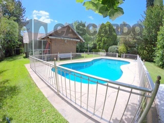 venta chalet de 5 ambientes con piscina climatizada.