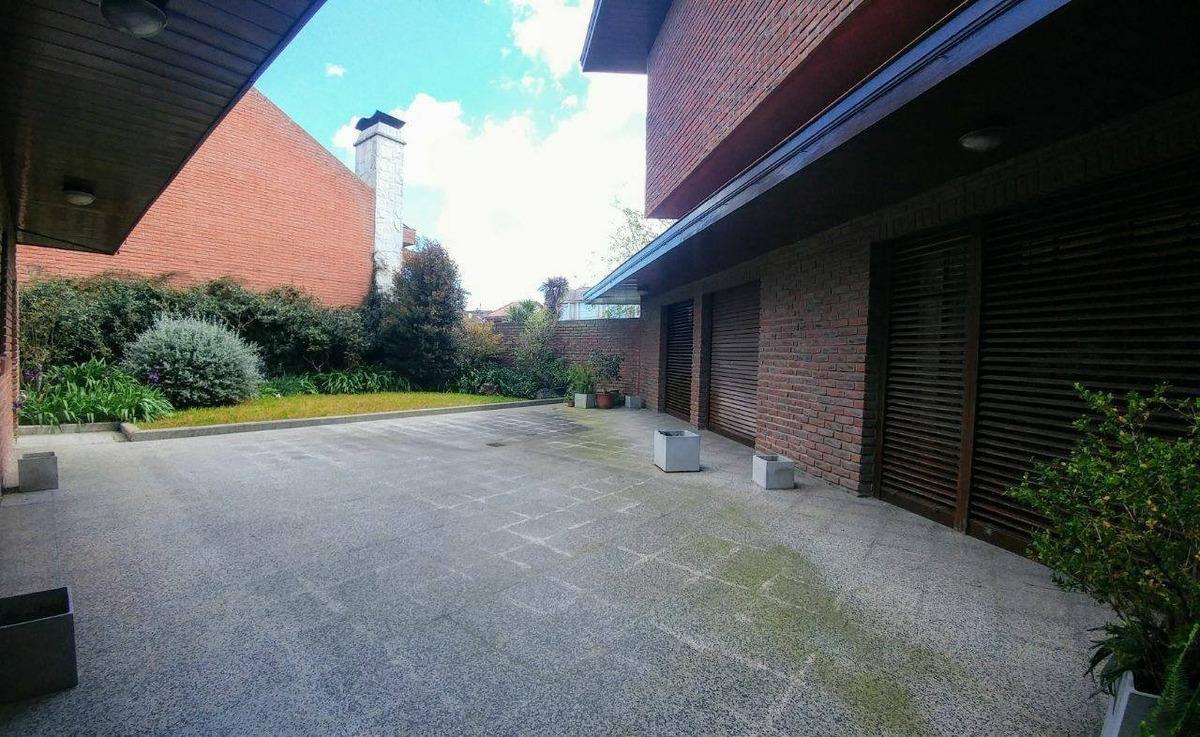 venta chalet en zona san carlos!!! garage quincho para varios autos. patio y jardín!