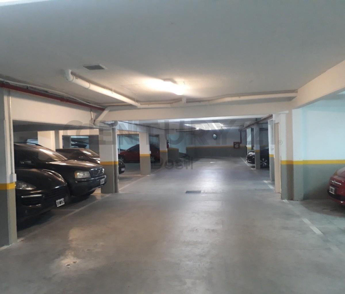 venta cochera cubierta c/baulera en edificio de categoría  villa urquiza