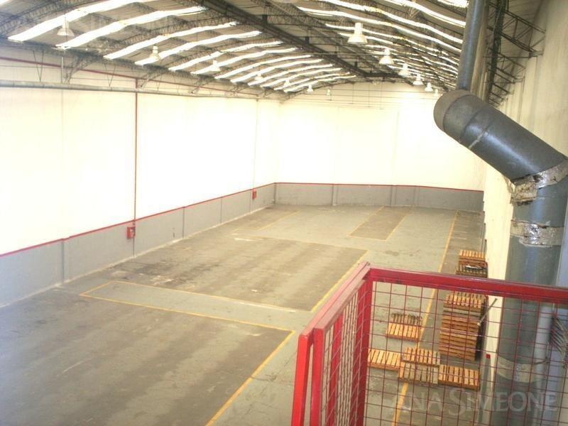 venta con renta. excelente depósito de 1.200 m² con oficinas