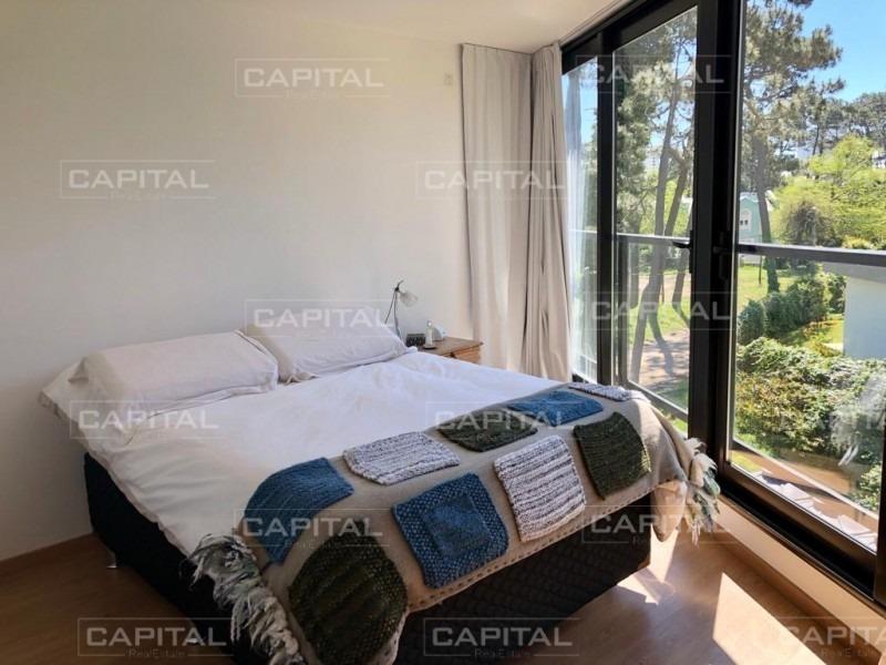 venta de apartamento de dos dormitorios y parrillero de uso exclusivo a metros de la playa mansa- ref: 28849