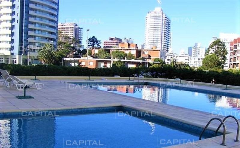 venta de apartamento de un dormitorio en torre con servicios y a pasos de la playa -ref:28604