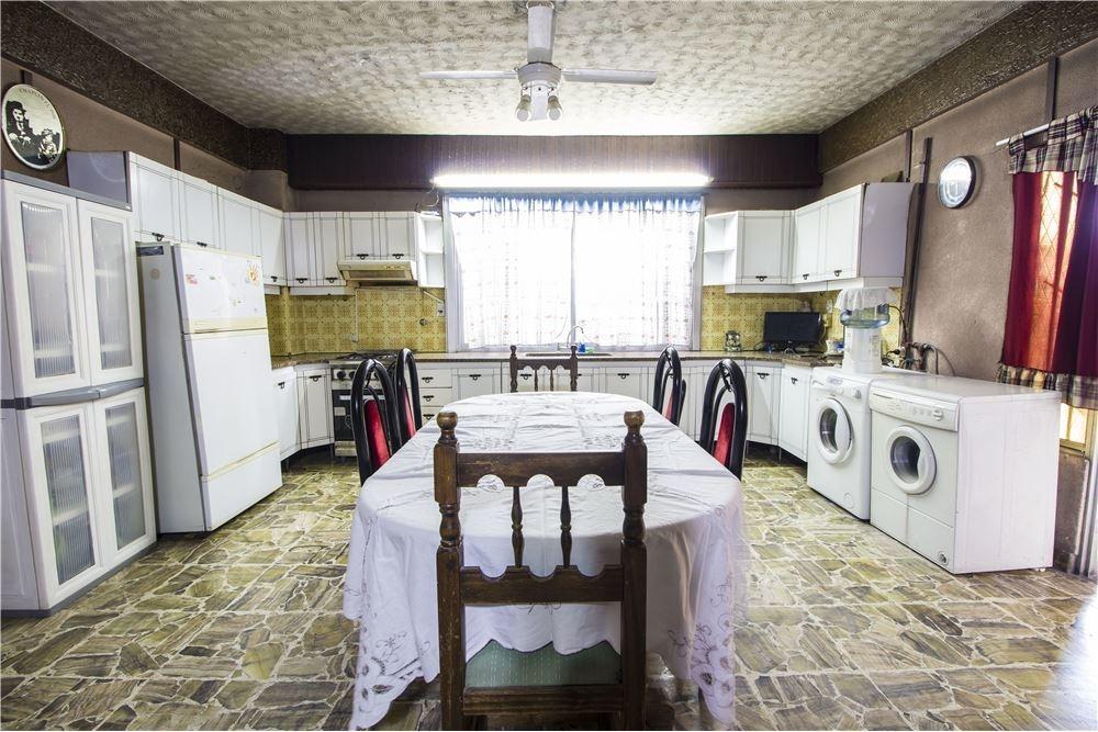 venta de casa con galpón, local y departamento.