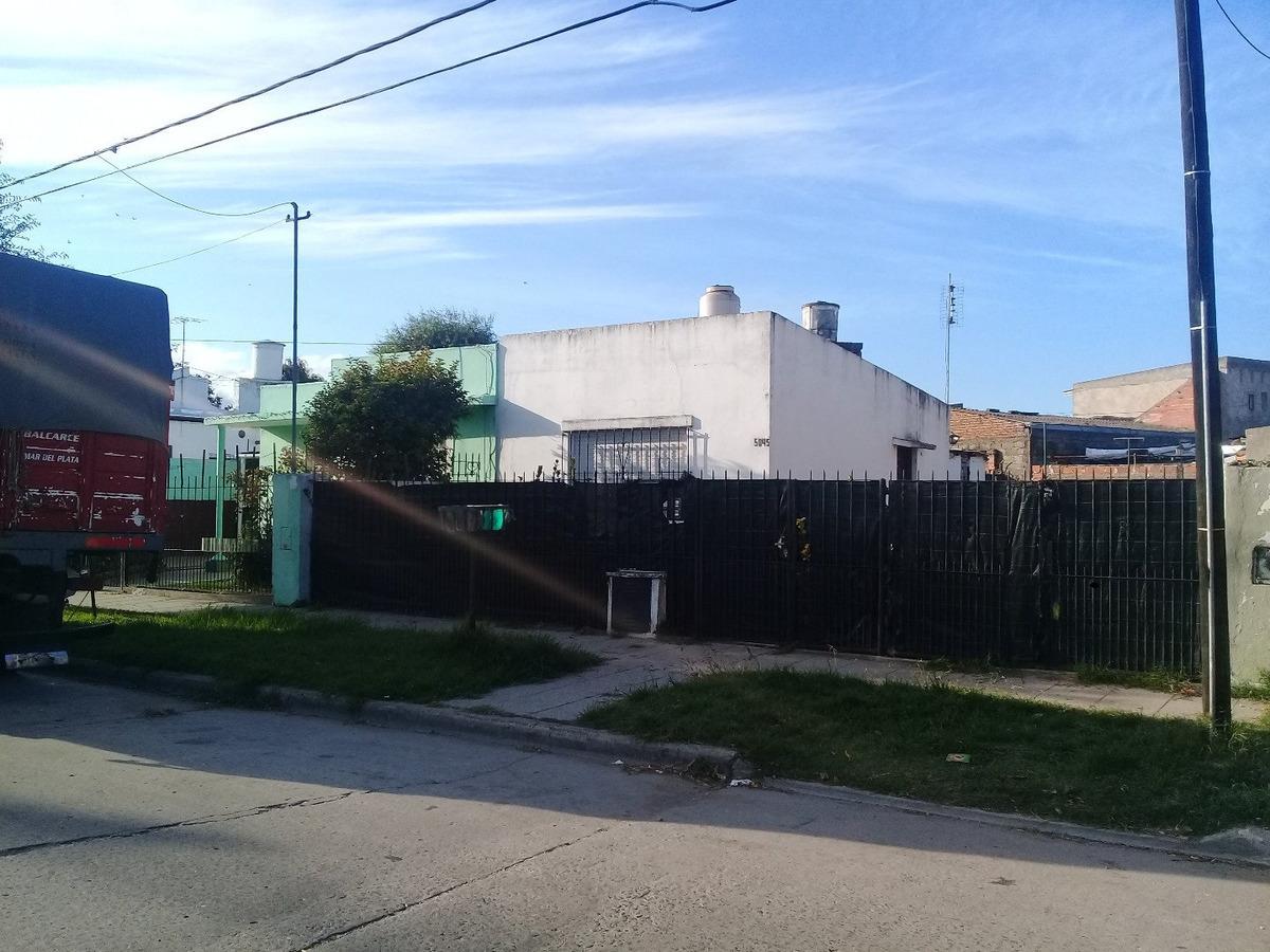venta de casa de 2 ambientes con parque  .zona san salvador y fleming-