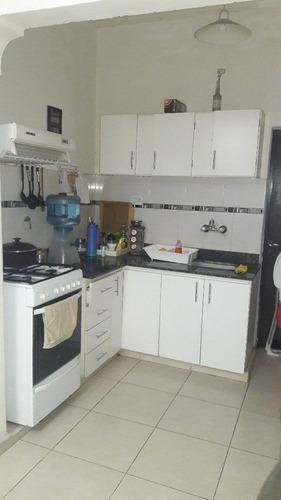venta de casa de 2 dormitorios, garage y fondo. mercedes (b)
