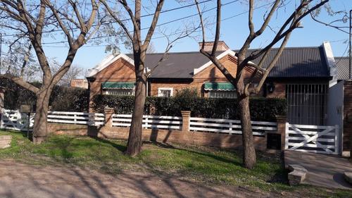 venta de casa de 3 dormitorios, pileta y cochera. barrio lowe.