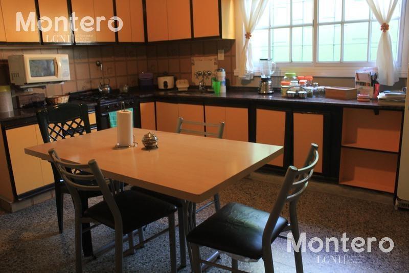 venta de casa de 4 ambientes con departamento al frente- centro de lujan