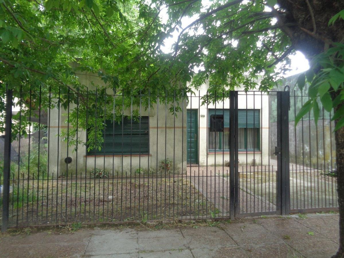 venta de casa en burzaco, casa americana con garage y fondo
