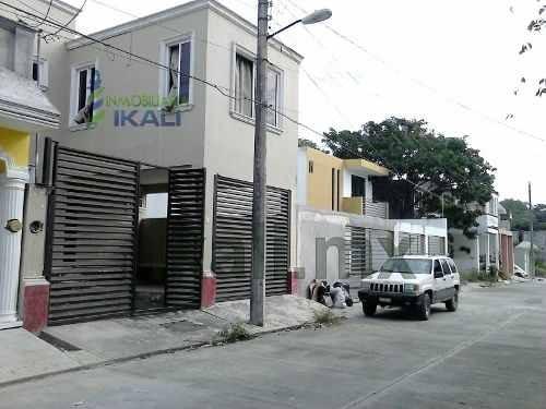 venta de casa en poza rica 2 pisos en la col. circulo michoacano , ubicada en la calle patzcuaro # 8 en colonia circulo michoacano, cuenta con sala, comedor, cocina, 3 recamaras, 2.5 baños, área de l