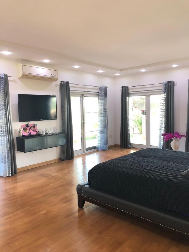venta de hermosa y amplia casa con acceso directo a la playa en costa bávaro