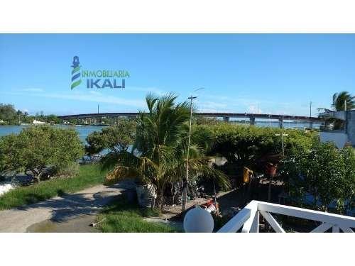 venta de hotel frente a la laguna de tamiahua, se encuentra ubicada en calle latinoamericana esq. calle costa río, son 400 m² de terreno y 370 m² de construcción, cuenta con 6 recamaras sencillas con