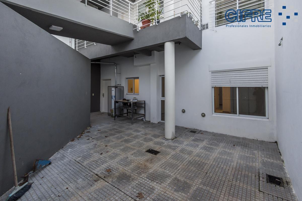 venta de ph 4 ambientes, jardin al contra frente, patio y cochera descubierta.
