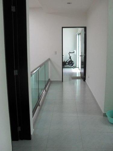venta de residencia en cancún 3 pisos alberca, jacuzzi, 2  jardines, estudio