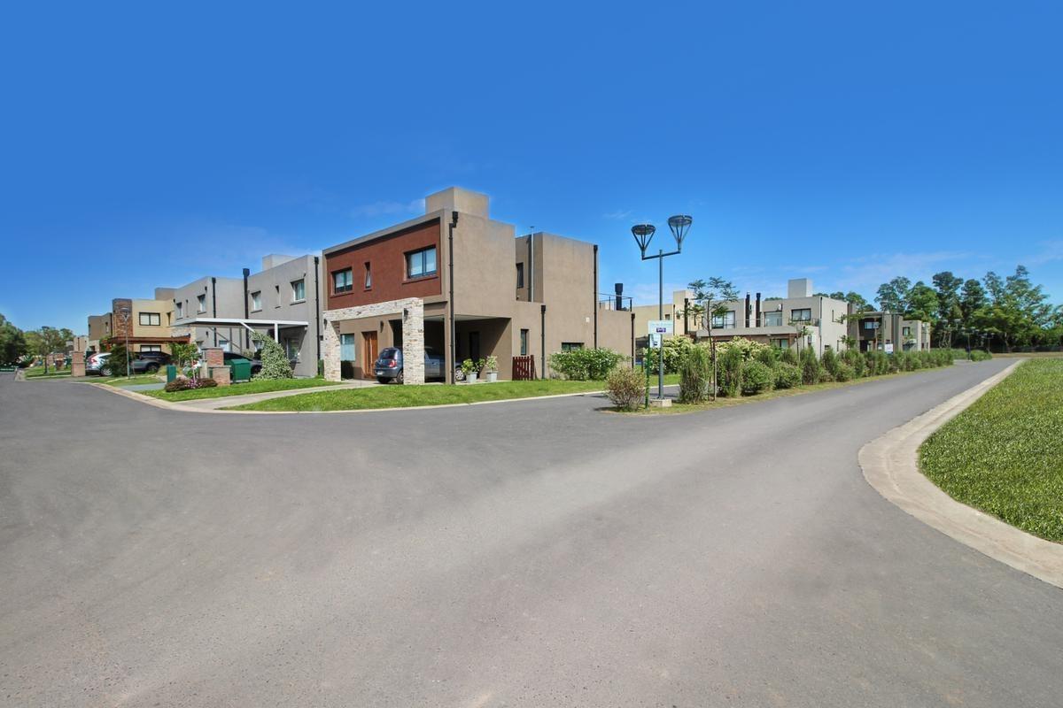 venta departamento 2 ambientes con jardin, terraza y cochera barrio privado moreno