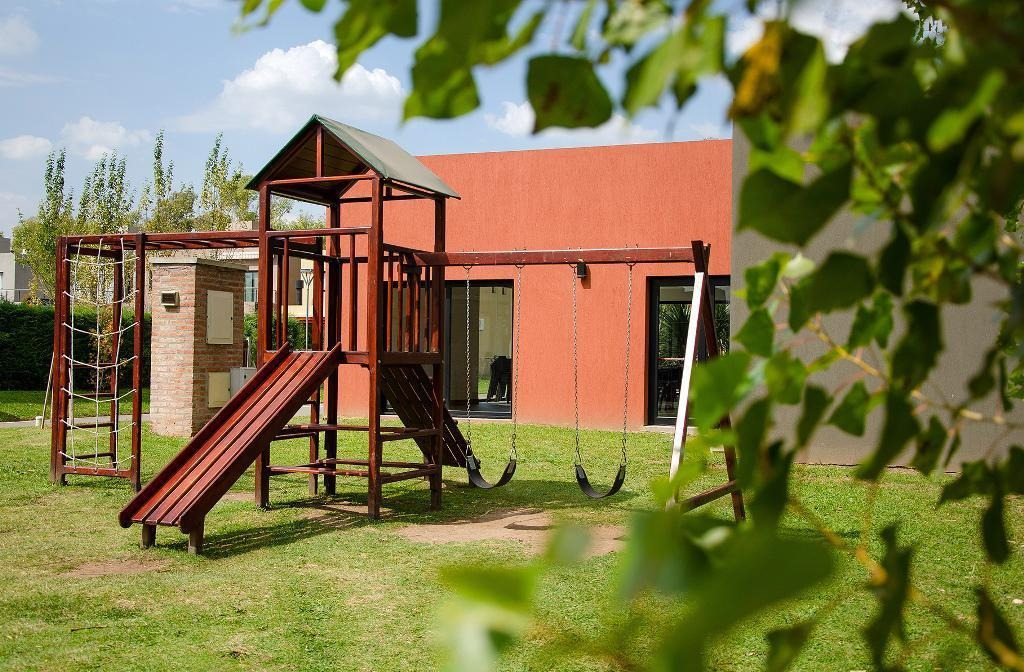 venta departamento 2 ambientes con jardín y cochera en barrio cerrado moreno