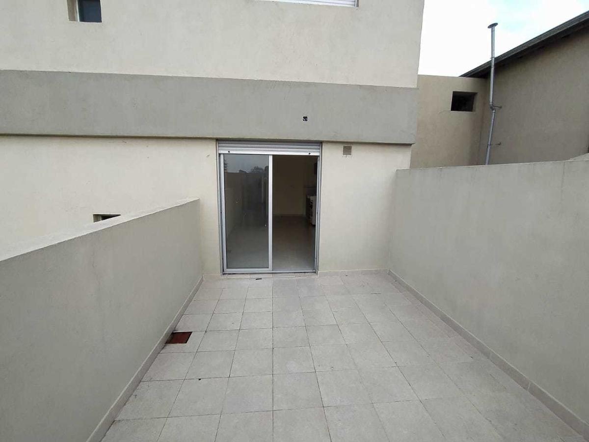 venta departamento 2 ambientes en sarandí con patio a estren