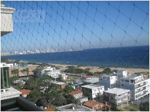 venta departamento 4 ambientes con dependencia y 2 cocheras en playa mansa, punta del este