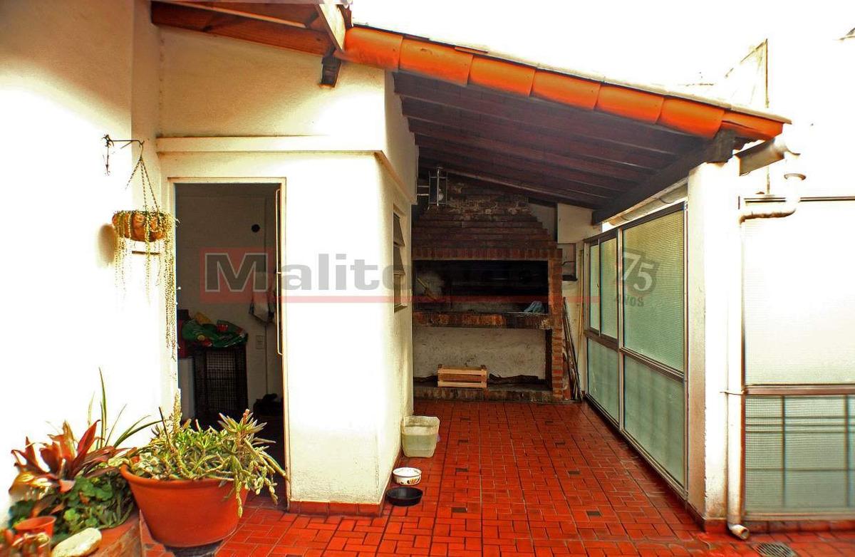 venta departamento tipo casa 5 ambientes con patio, quincho, lavadero, terraza y garage en villa lug