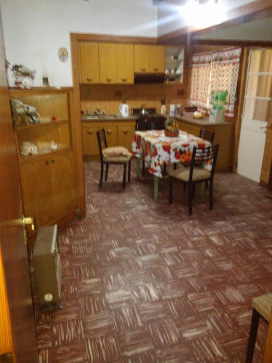 venta en caseros casa  ideal para 2 familias.-