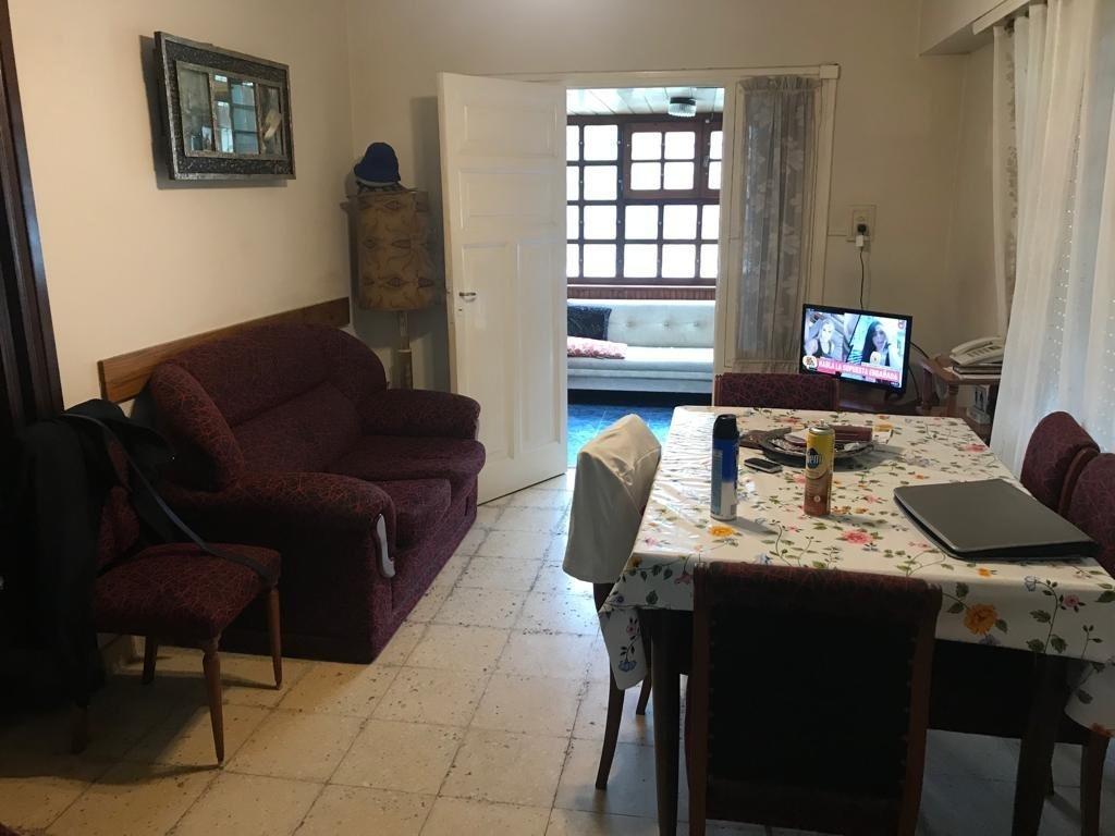 venta en zona los pinares, casa de 3 ambientes y altillo para continuar construyendo. desarrollada en 1 planta con patio.