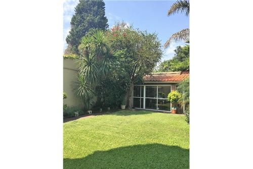 venta exc casa 6 amb + jardín + quincho + cochera!