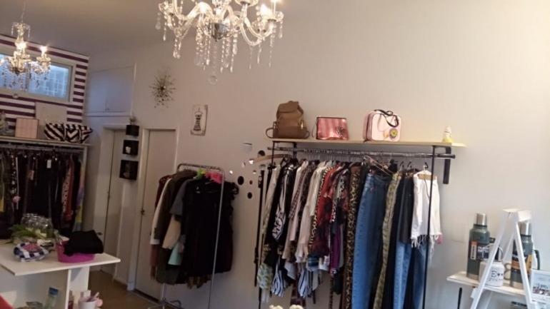 venta - fondo de comercio showroom con local a la calle - ropa importada y nacional - caseros norte