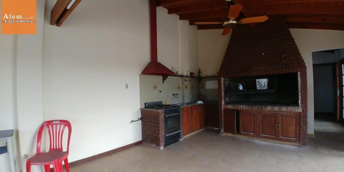 venta galpón con vivienda de 3 ambientes a la calle con balcón y quincho.