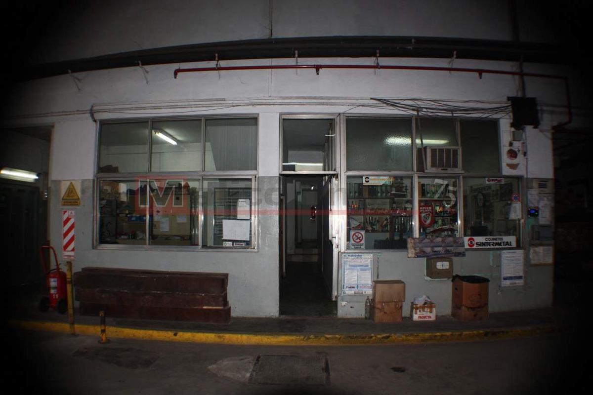 venta galpón con entrada de camiones y oficinas en villa lugano