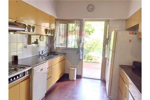 venta / hermosa casa con jardín y pileta en olivos