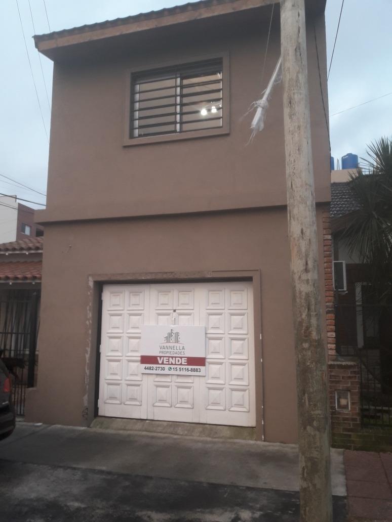 venta lomas del mirador casa 4 ambientes con cochera y patio
