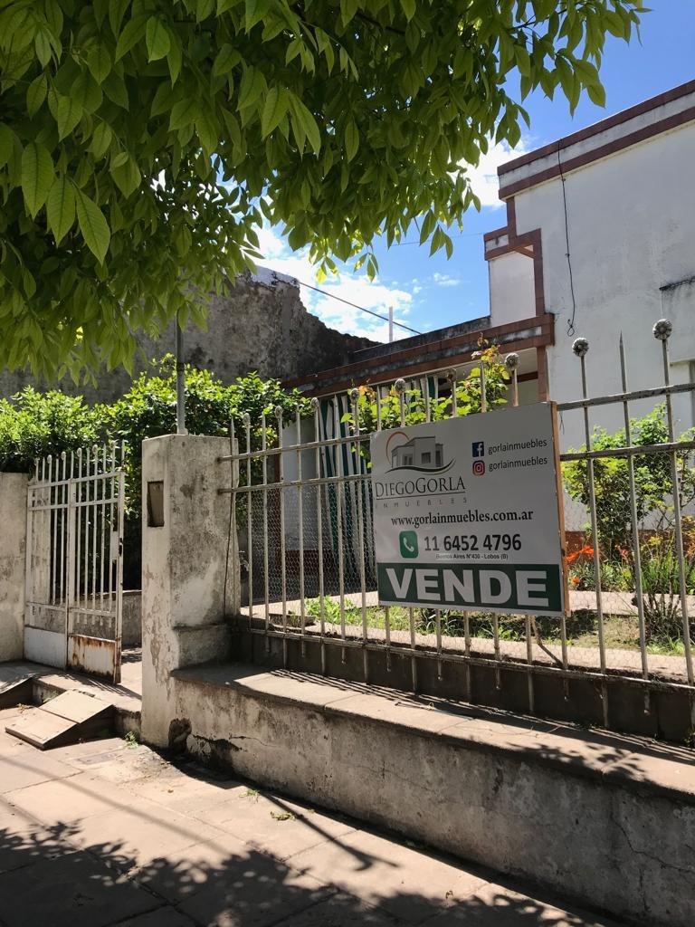 #venta lote con casa a refaccionar - centro lobos
