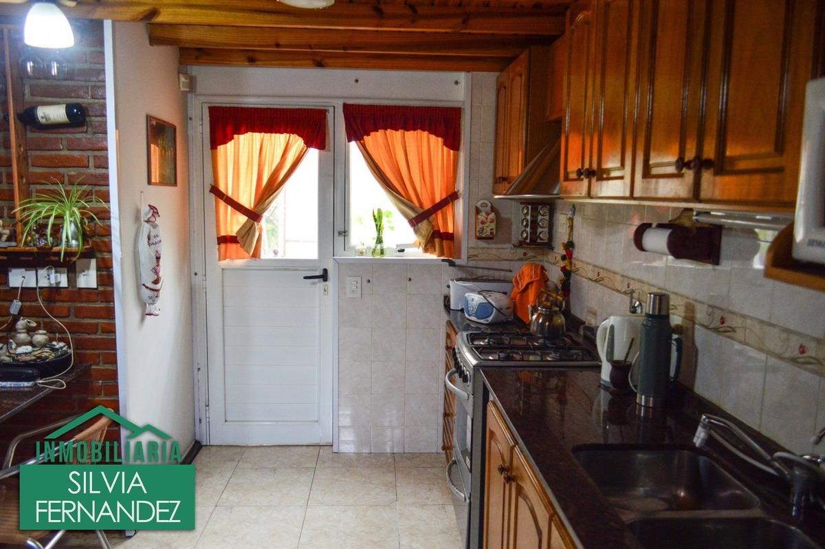 venta mar azul - confortable casa de 3 ambientes con garage - acepta permuta .