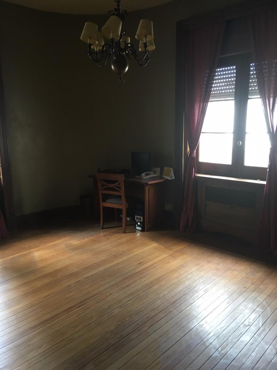 venta oficina ciudad vieja 6 escritorios. 2 baños