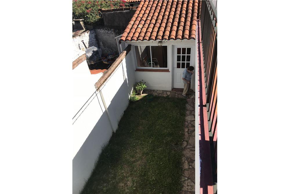 venta ph tipo casa reciclada con jardín y parrilla
