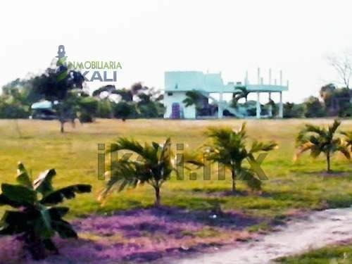venta terreno 8224 m² frente al estero tuxpan veracruz, ubicados a unos 1 km de la autopista méxico - tuxpan, frente al estero que da al río tuxpan y a 9 kilómetros del puente de tuxpan, lote rectang