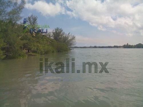 venta terreno laguna tuxpan veracruz se encuentra ubicado a la orilla de la laguna de tampamachoco en la colonia petrolera, entrando por el imss, frente a la mata, cuenta con 1920 m², son 30 m de fre