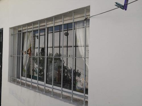 ventana de aluminio blanca con vidrio y reja 1,5 x 0,9