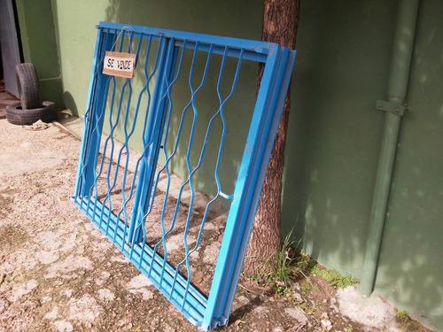 ventana de chapa con reja sin uso