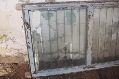 ventana de madera/ ventiluz
