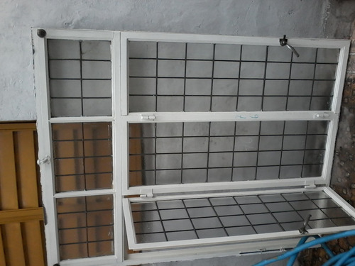 ventana estilo vitró de tres hojas con banderola